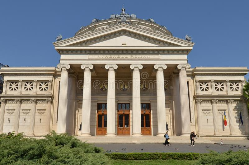 Architettura di Bucarest: Athenaeum rumeno in primavera fotografie stock