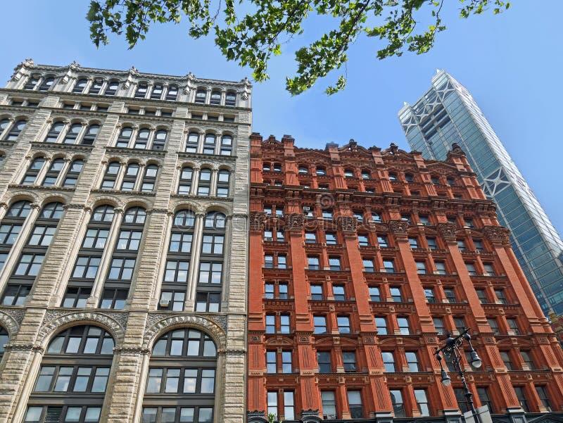 Architettura di contrapposizione di Manhattan fotografia stock libera da diritti