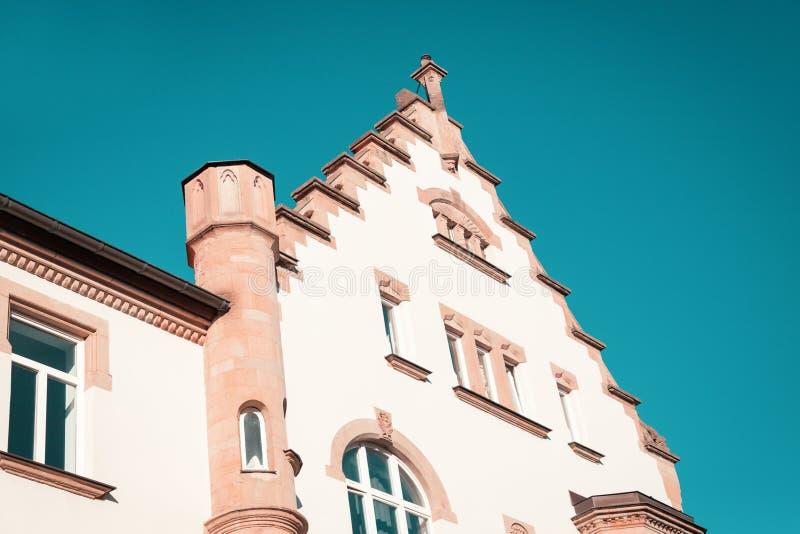 Architettura di Erfurt, Germania vecchia casa nel centro urbano Cielo blu dell'acquerello di Teal Aqua fotografia stock