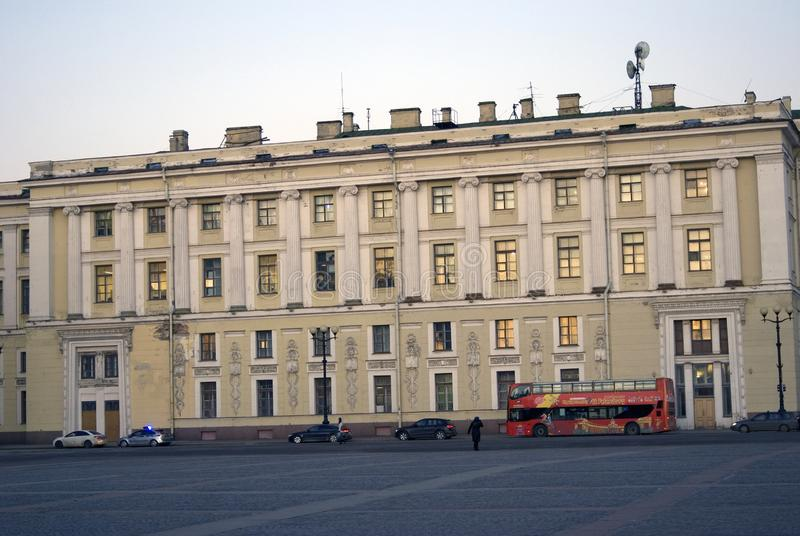 Architettura di St Petersburg, Russia Bus turistico rosso sul quadrato di Dvortsovaya fotografia stock