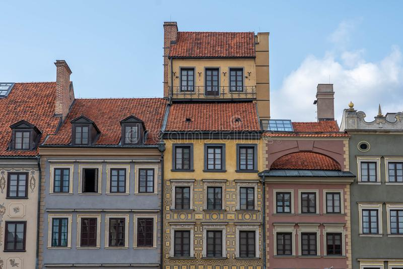 Architettura europea costruzioni variopinte nel cielo nuvoloso immagini stock libere da diritti