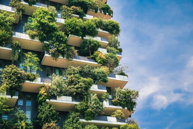 Architettura futuristica verde del primo piano del grattacielo fotografia stock