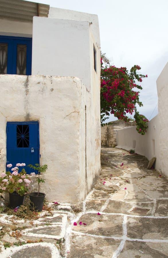 Architettura greca classica dell'isola di scena della via con la passeggiata dipinta immagine stock libera da diritti