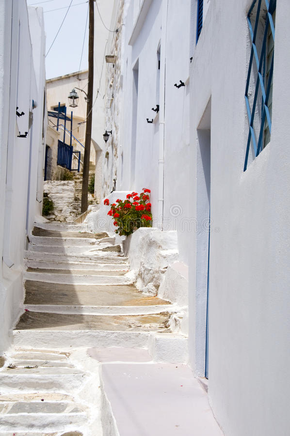 Architettura greca classica dell'isola di scena della via con la passeggiata dipinta immagini stock
