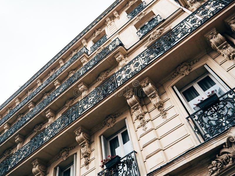 Architettura haussmannian francese tradizionale tipica fotografia stock libera da diritti