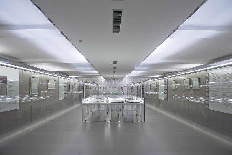 Architettura interna di una libreria moderna fotografie stock