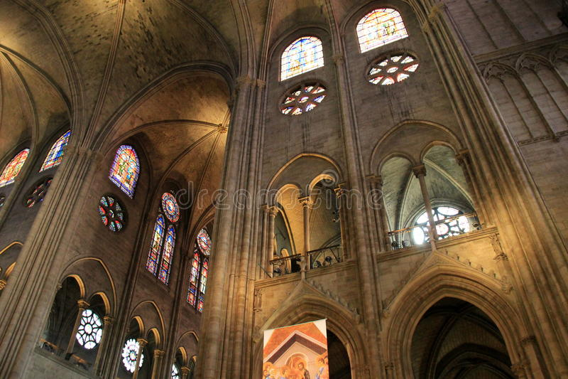 Architettura interna stupefacente con le finestre di vetro macchiato e della pietra, Notre Dame Cathedral, Parigi, Francia, 2016 fotografia stock libera da diritti
