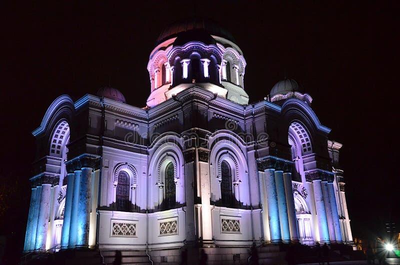 Architettura in Lituania - la chiesa di S. Michael dell'Arcangelo o la chiesa di Garrison a Kaunas illuminata da luci festive immagine stock libera da diritti