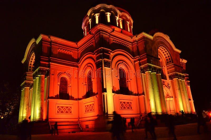 Architettura in Lituania - la chiesa di S. Michael dell'Arcangelo o la chiesa di Garrison a Kaunas illuminata da luci festive fotografia stock