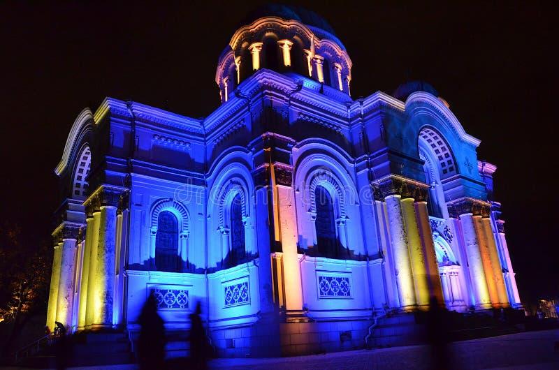 Architettura in Lituania - la chiesa di S. Michael dell'Arcangelo o la chiesa di Garrison a Kaunas illuminata da luci festive fotografie stock libere da diritti