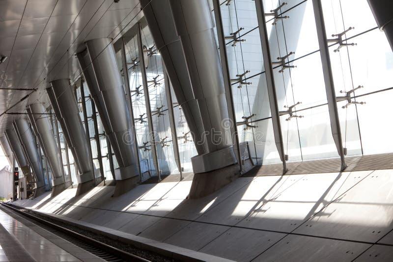 Architettura moderna con le colonne del metallo fotografia stock