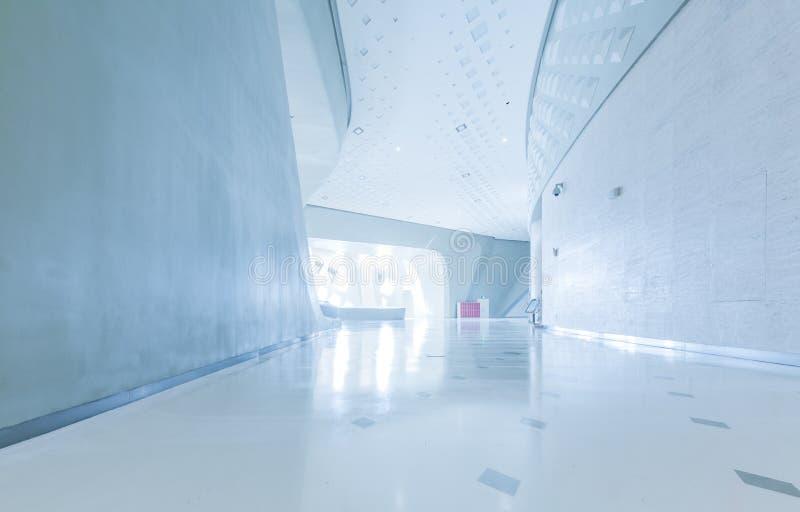 Architettura moderna del centro congressi della grande impresa con il tono blu fotografia stock