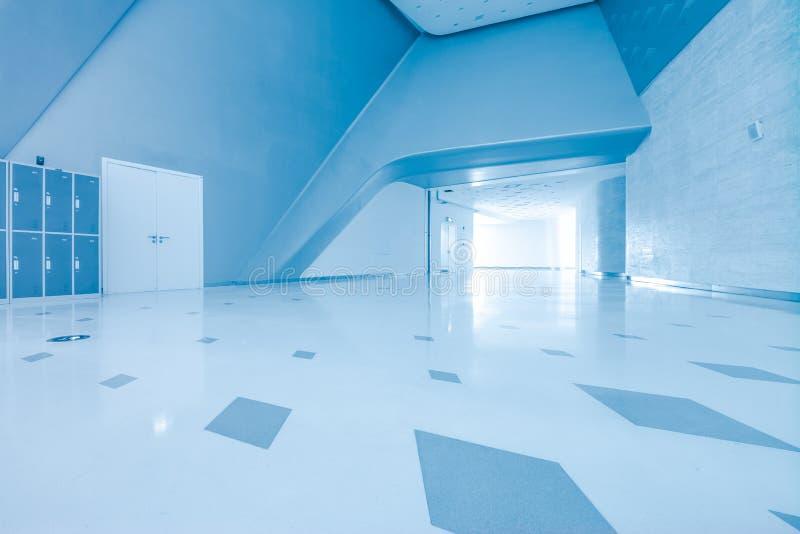 Architettura moderna del centro congressi della grande impresa con il tono blu fotografie stock