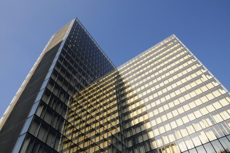 Architettura moderna dell'edificio per uffici fotografia stock libera da diritti