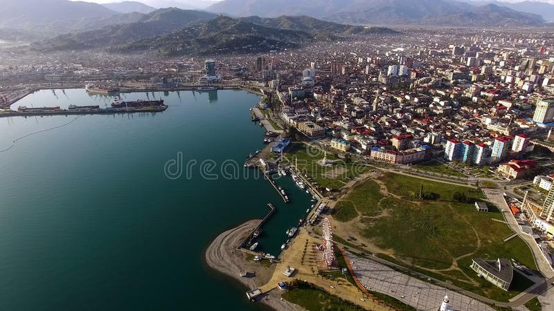 Architettura moderna della città sulla spiaggia con le montagne spettacolari, vista aerea fotografia stock