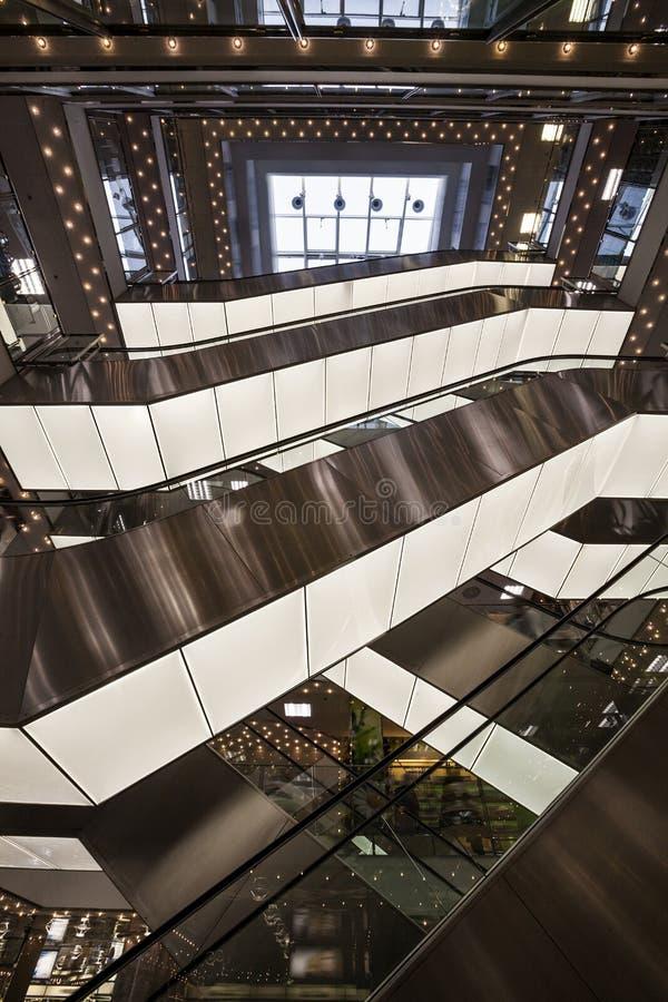 Architettura moderna di alluminio del ferro del fondo e Scale mobili del centro commerciale immagine stock libera da diritti