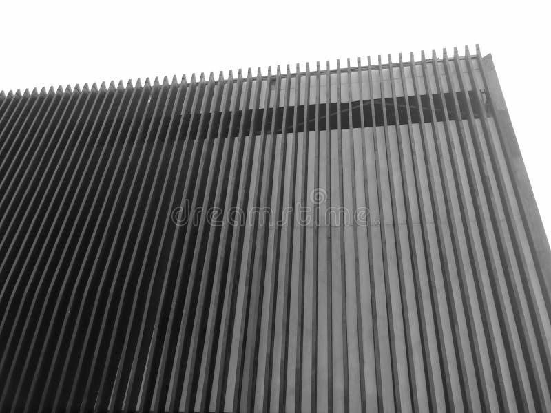 Architettura moderna di una costruzione con le barre di legno nel serie e nello stile futuristico immagine stock