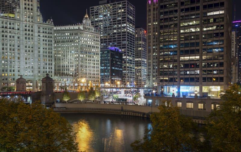 Architettura moderna e storica di Chicago alla notte immagini stock