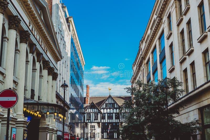 Architettura nel centro urbano di Londra vicino al dipartimento S di libertà fotografia stock libera da diritti