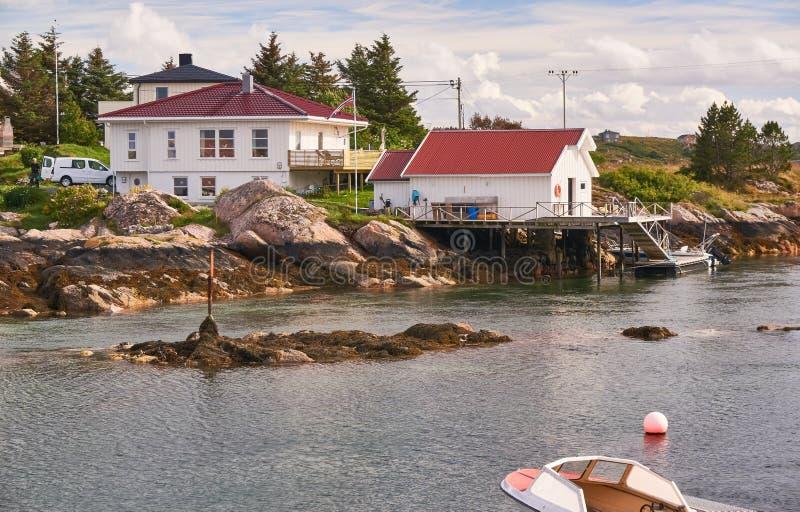 Architettura norvegese sul fiordo della baia dell'isola fotografia stock libera da diritti
