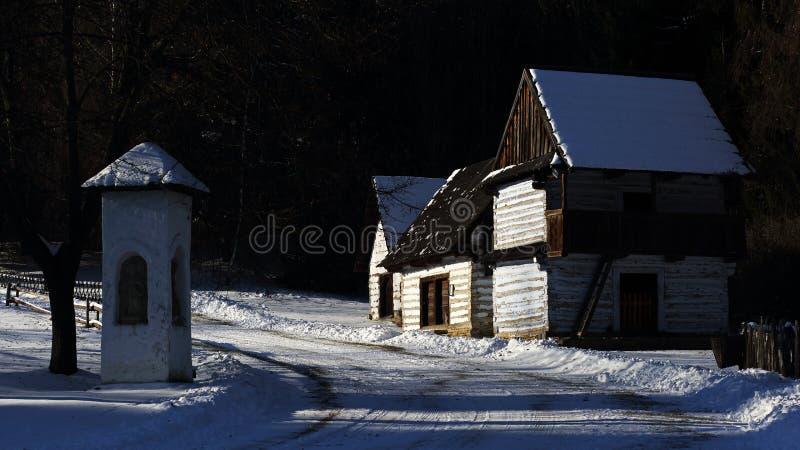 Architettura piega tradizionale del villaggio nell'inverno, Slovacchia fotografia stock