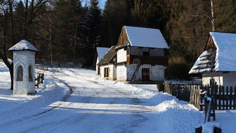Architettura piega tradizionale del villaggio nell'inverno, Slovacchia fotografie stock