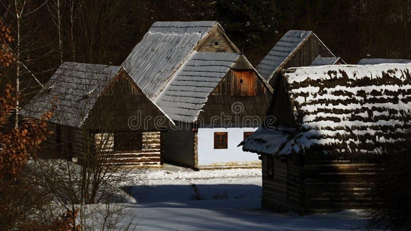 Architettura piega tradizionale del villaggio nell'inverno, Slovacchia immagini stock