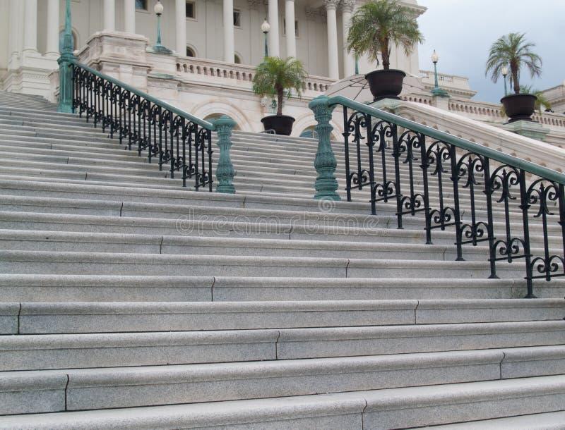 Architettura: Punti e balaustro che conducono alla costruzione del Campidoglio degli Stati Uniti nel Washington DC immagini stock