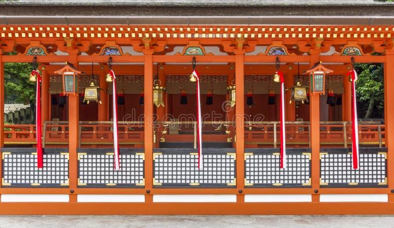 Architettura shintoista tradizionale e lanterne di pietra a Fushimi dentro fotografie stock libere da diritti