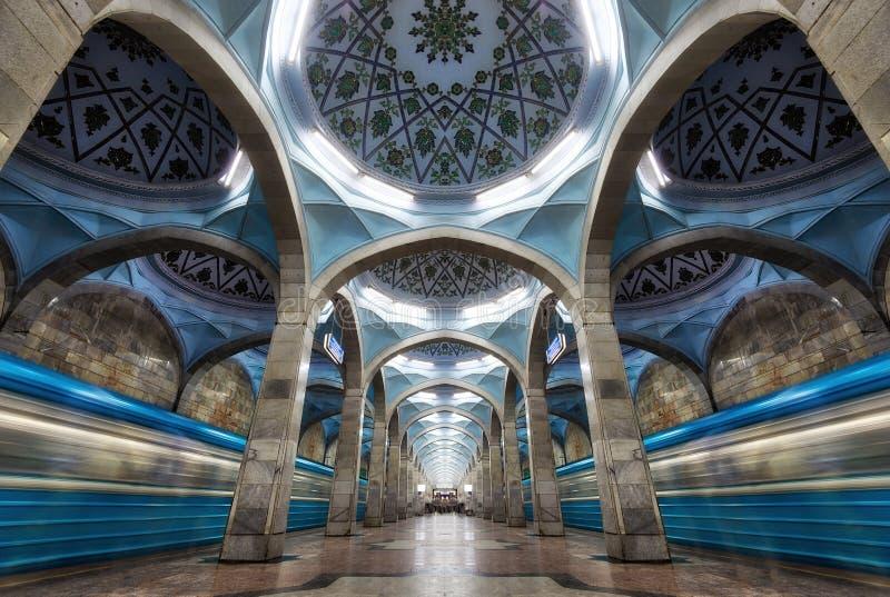 Architettura simmetrica della stazione della metropolitana in Taškent centrale, Uzbeki fotografia stock libera da diritti