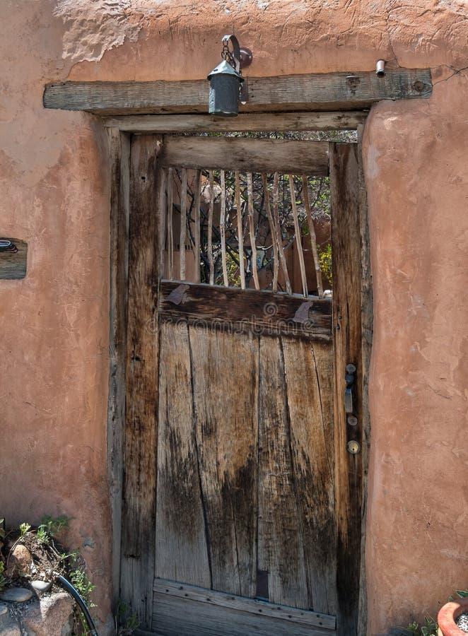 Architettura spagnola, portone di legno fotografia stock libera da diritti