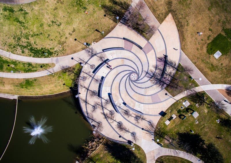 Architettura a spirale aerea Austin Texas Black dell'estratto della fontana e bianco fotografia stock libera da diritti