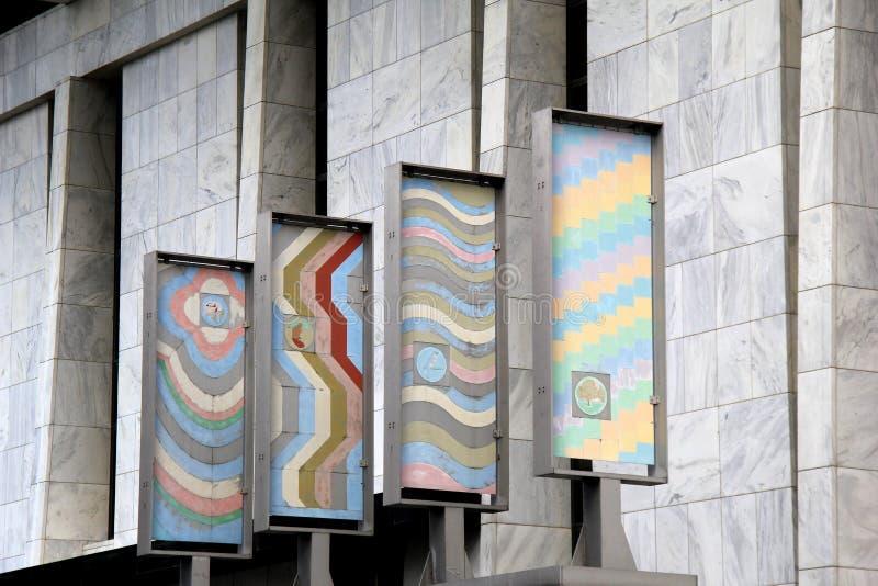 Architettura splendida di costruzione di marmo con quattro pezzi di arte imballati in metallo, Albany, New York, 2017 fotografia stock