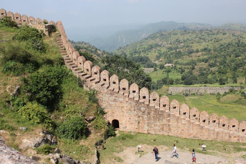Architettura storica, di muretto della fortificazione del kumbhalgarh fotografie stock libere da diritti