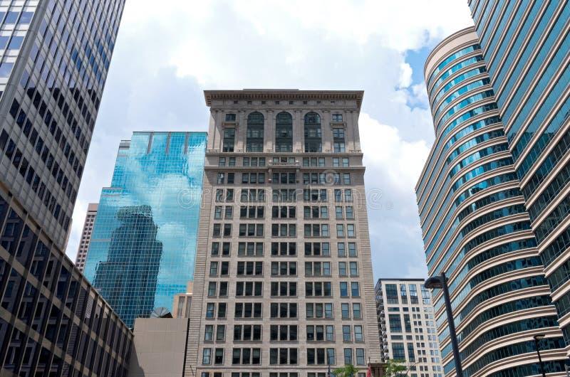 Architettura storica e grattacieli di vetro fotografia stock