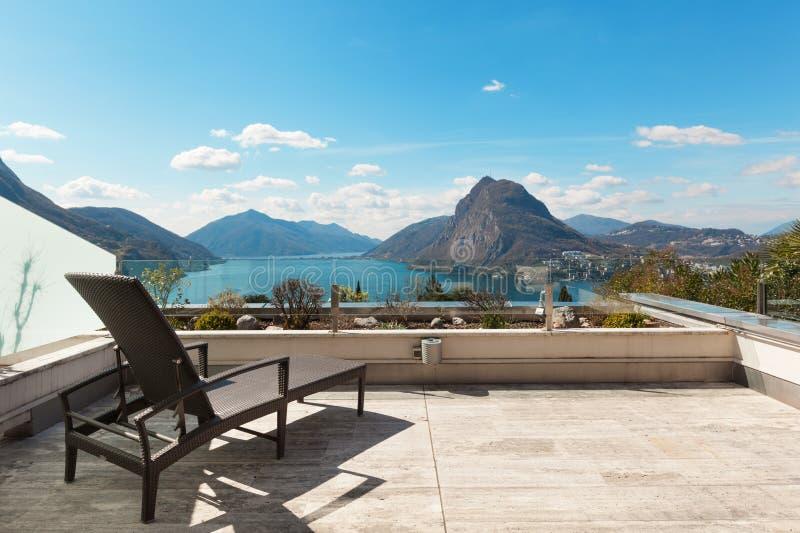 Architettura, terrazzo con la vista del lago fotografia stock