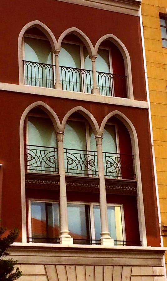 Architettura tradizionale libanese: tre sale e colonne per balconi di lusso adattati ai nuovi edifici immagine stock libera da diritti