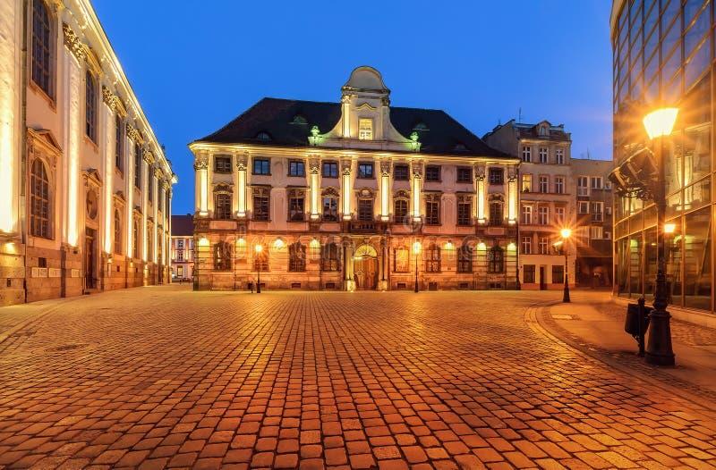 Architettura urbana vicino all'università di Wroclaw dopo il tramonto pol immagini stock