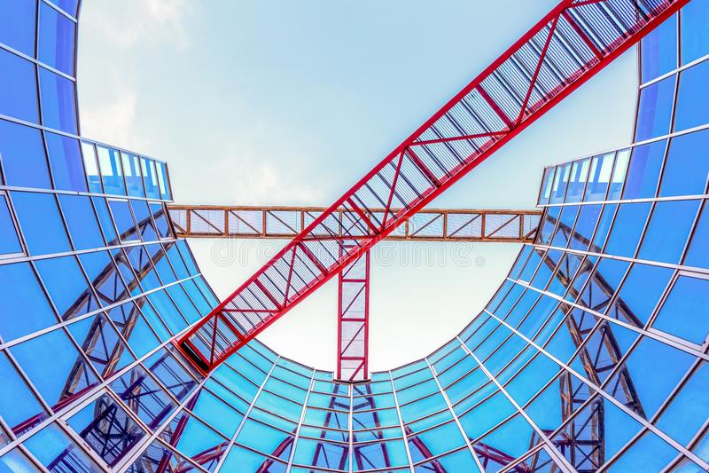 Architettura verticale riflettente astratta con le uscite di sicurezza fotografia stock libera da diritti