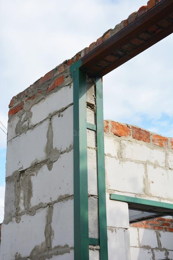 Architrave d 39 acciaio della finestra sulla costruzione for Costo di costruzione casa di mattoni