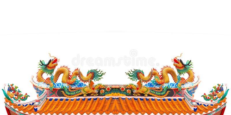 Archivieren Sie Doppeldrachen auf chinesisches Tempel Dach lokalisiertem weißem backgroun stockfotos