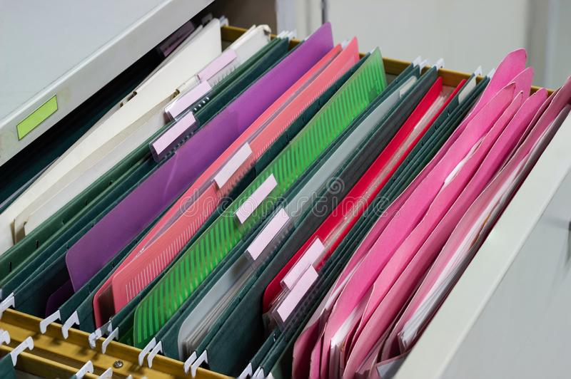 Archiviert Dokument von Hängeregistern in einem Fach in einem ganzen Stapel von vollen Papieren stockbild