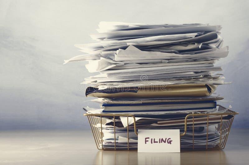 Archivierung Tray Piled High mit Dokumenten in den graubraunen Farben stockbilder