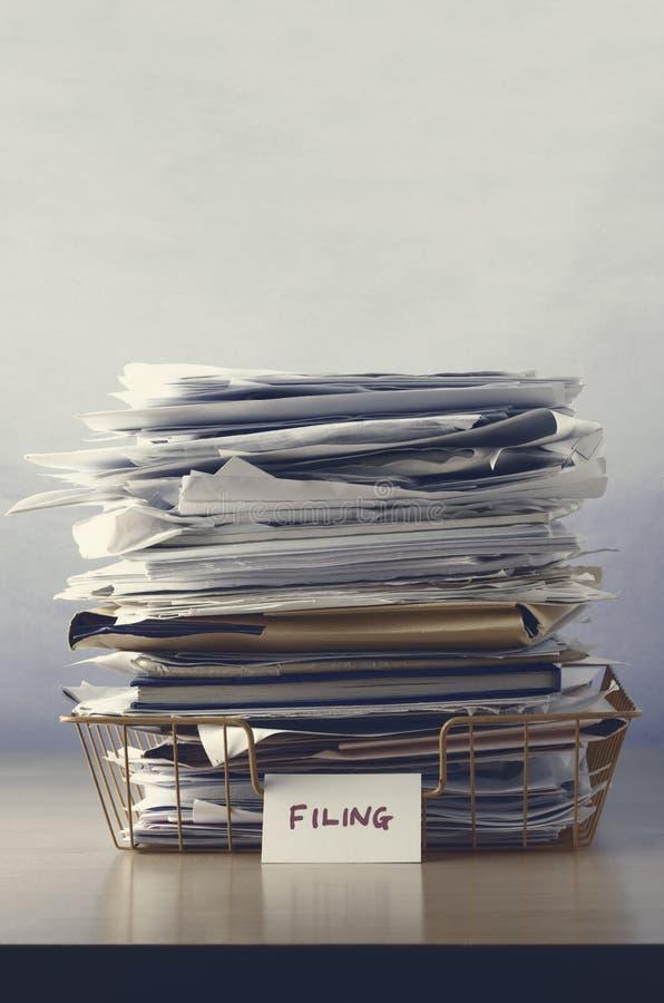 Archivierung Tray Piled Up mit Papieren stockbilder