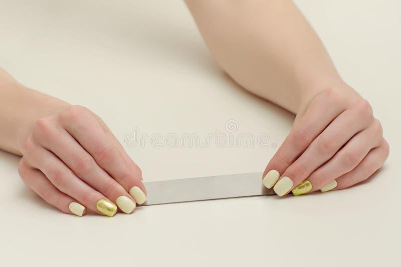 Archivio di chiodo in mani femminili, posto per testo Priorità bassa bianca fotografia stock