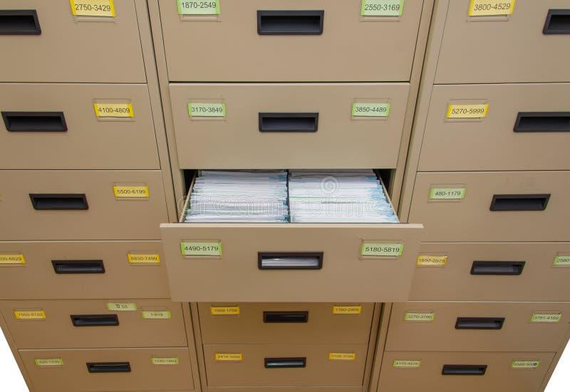 Archivkabinett mit offenem Fach stockfoto