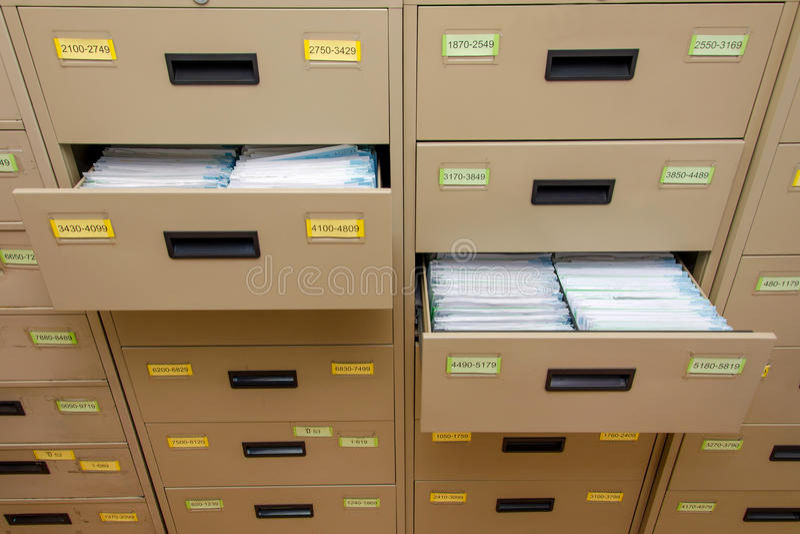 Archivkabinett mit offenem Fach lizenzfreies stockbild