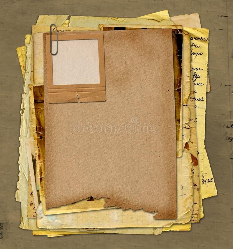 Archivo viejo con las cartas, fotos foto de archivo libre de regalías