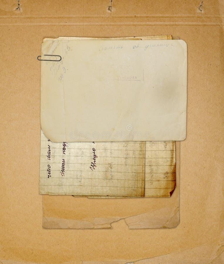 Archivo viejo con las cartas, fotos imagen de archivo libre de regalías