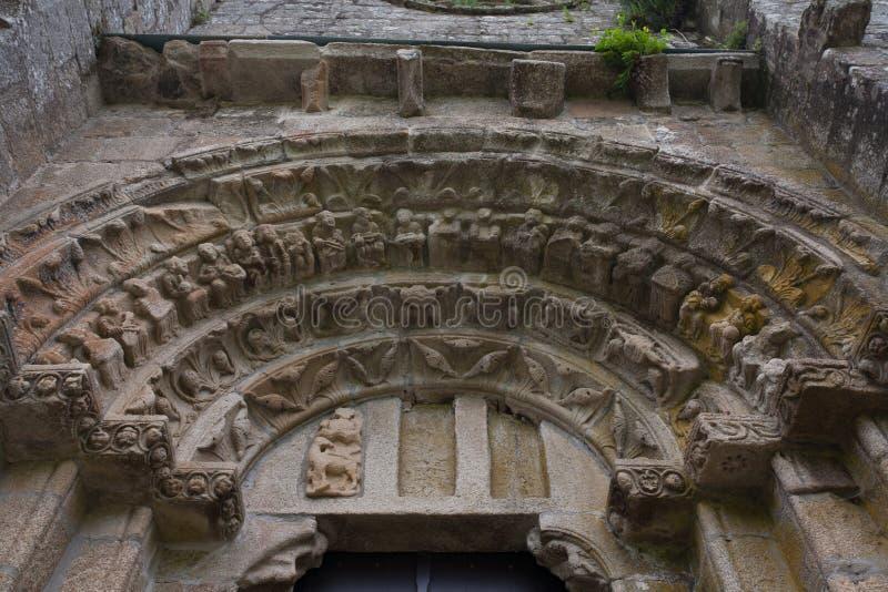 Archivolts führen im Romanesque monatery von Carboeiro einzeln auf stockfotos